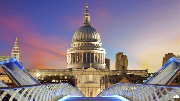 Walking London from Millennium Bridge to St Paul's ...