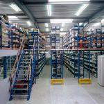 Hệ thống lưu trữ sàn tầng lửng làm từ giá kệ để hàng