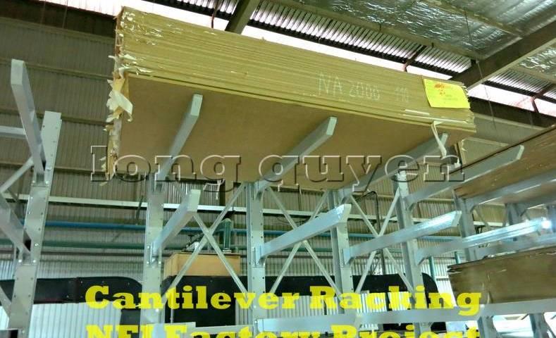 Giá-kệ-tay-đỡ-Cantilever-tại-dây-chuyền-sản-xuất-nội-thất-nhà-máy-NFJ-2020