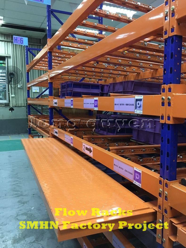 Giá kệ trôi kệ dòng chảy để vật tư trong xưởng lắp ráp nhà máy SMHN (6)
