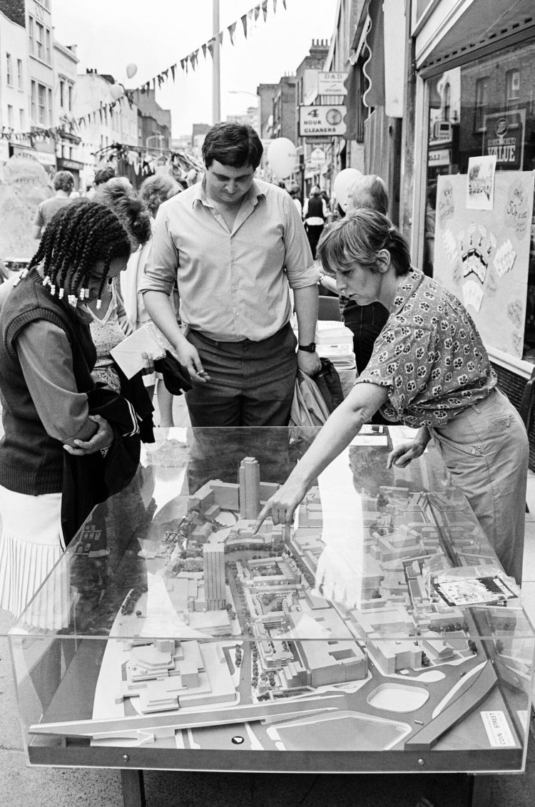 At Waterloo Festival in 1982 Bernie Spain explains the plans for development of co-op affordable housing, open space and small businesses on the Coin Street sites, London SE1 to Waterloo residents, aided by a 3D model of the plans. Caroline Webb Archival / Alamy Stock Photo