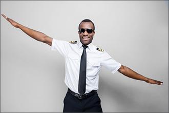 Pilot mit Brille macht mit ausgebreiteten Armen das Flugzeug
