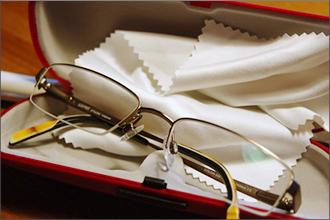 Eine Brille liegt zusammen mit einem Brillentuch im Brillenetui