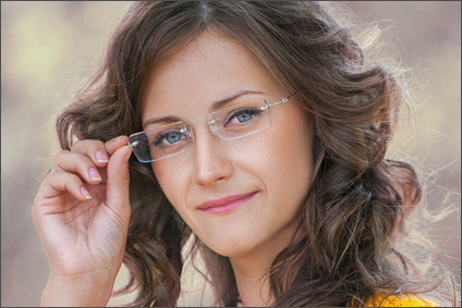 junge Frau mit rahmenloser Brille