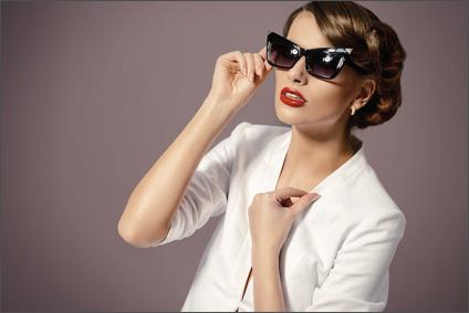 Junge Frau mit Cateye-Sonnenbrille