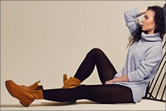 Style mit dunkler Hose und grauem Sweatshirt