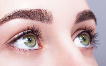 Augen einer Frau blicken nach oben