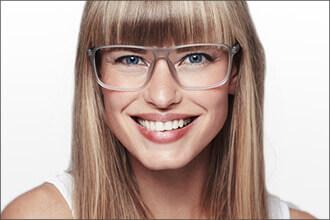 Frau trägt grau-transparente Brille