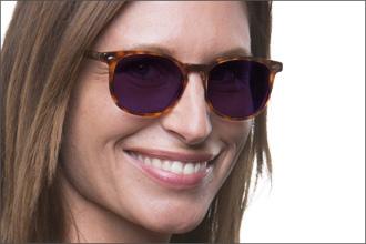 Frau trägt Sonnenbrillen mit lilafarbenen Gläsern