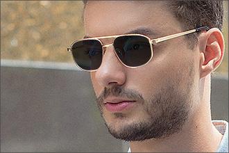 Mann trägt goldfarbene Pilotensonnenbrille