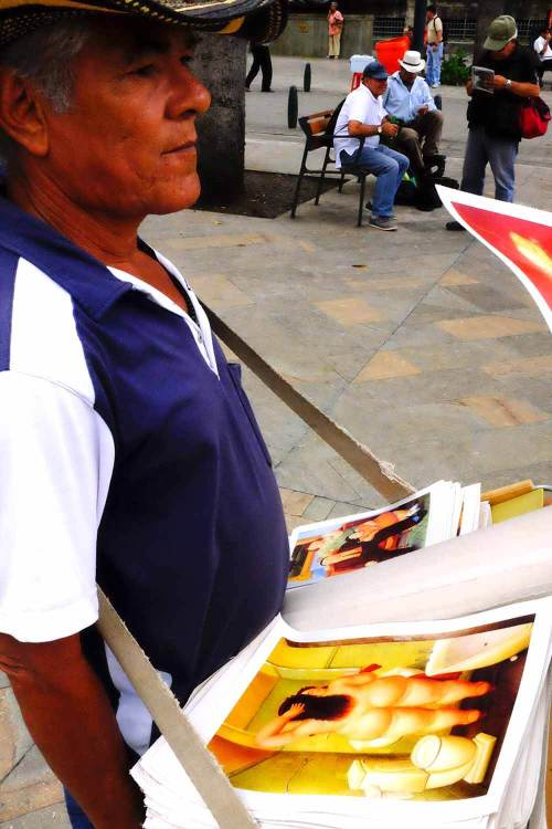 Pinturas de Botero à venda pelas ruas de Medellín