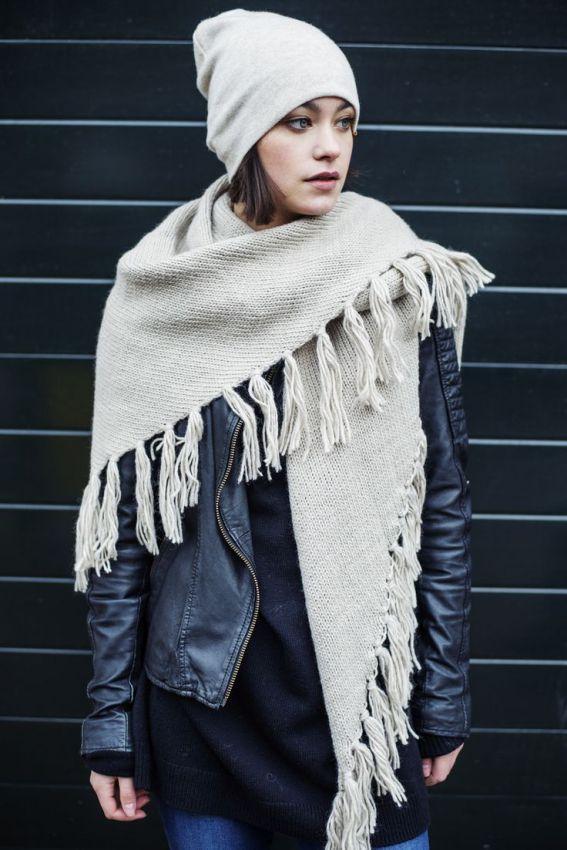 вязаный шарф с длинной бахромой