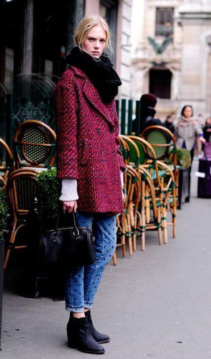 бордовое твидовое пальто с шарфом