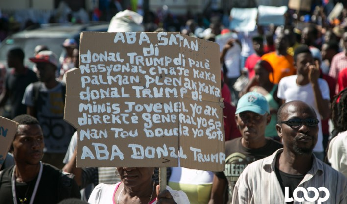 Un manifestant exhibe sa pancarte et son message durant la marche/ Photo: Estailove St-Val/ Loop Haiti