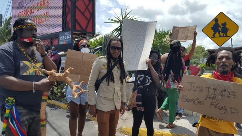 El cantante de reggae Nature Ellis (centro) lidera un grupo de manifestantes a lo largo de Constant Spring Road en protesta por el asesinato de George Floyd, un hombre negro desarmado, por la policía en los Estados Unidos.