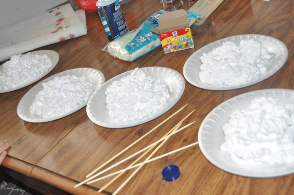 Coloring Eggs with shaving cream (5/6)