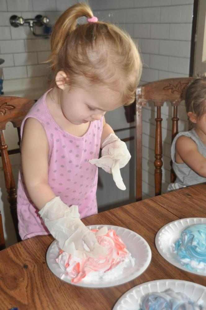 Coloring Eggs with shaving cream (3/6)