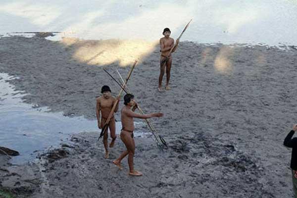 Indígenas de Brasil entran en contacto por primera vez con la civilización - AFP