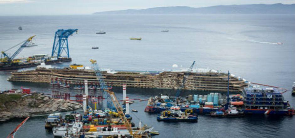 Inicia Costa Concordia su último viaje - Foto de The Guardian