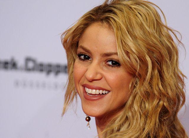 Shakira obtiene más de 100 millones de 'likes' en Facebook - Colombian singer Shakira  arrives at the Bambi 2010 media award ceremony in Potsdam, near Berlin, Germany, Thursday, Nov. 11, 2010. (AP Photo/dapd/ Clemens Bilan)