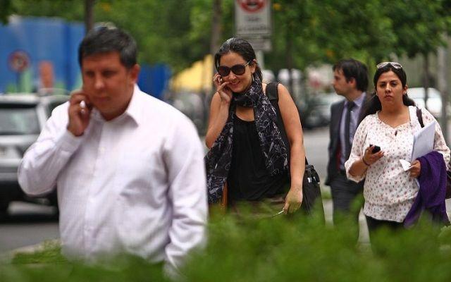 Proponen Torito a quien cruce la calle hablando por celular - 18 Diciembre 2012 Gente Hablando por Celular en Sector Rosario Norte. Gente Hablando por Celular