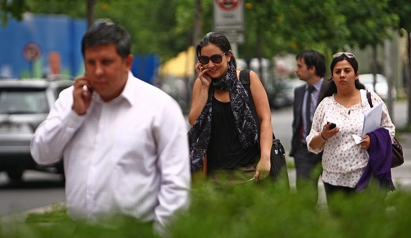 Lineamientos de calidad de telefonía móvil a consulta pública: IFT - 18 Diciembre 2012 Gente Hablando por Celular en Sector Rosario Norte. Gente Hablando por Celular