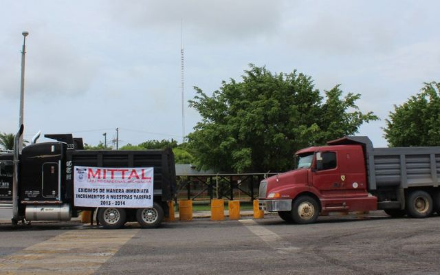 Bloquean transportistas las minas de Arcelor en Michoacán - Internet