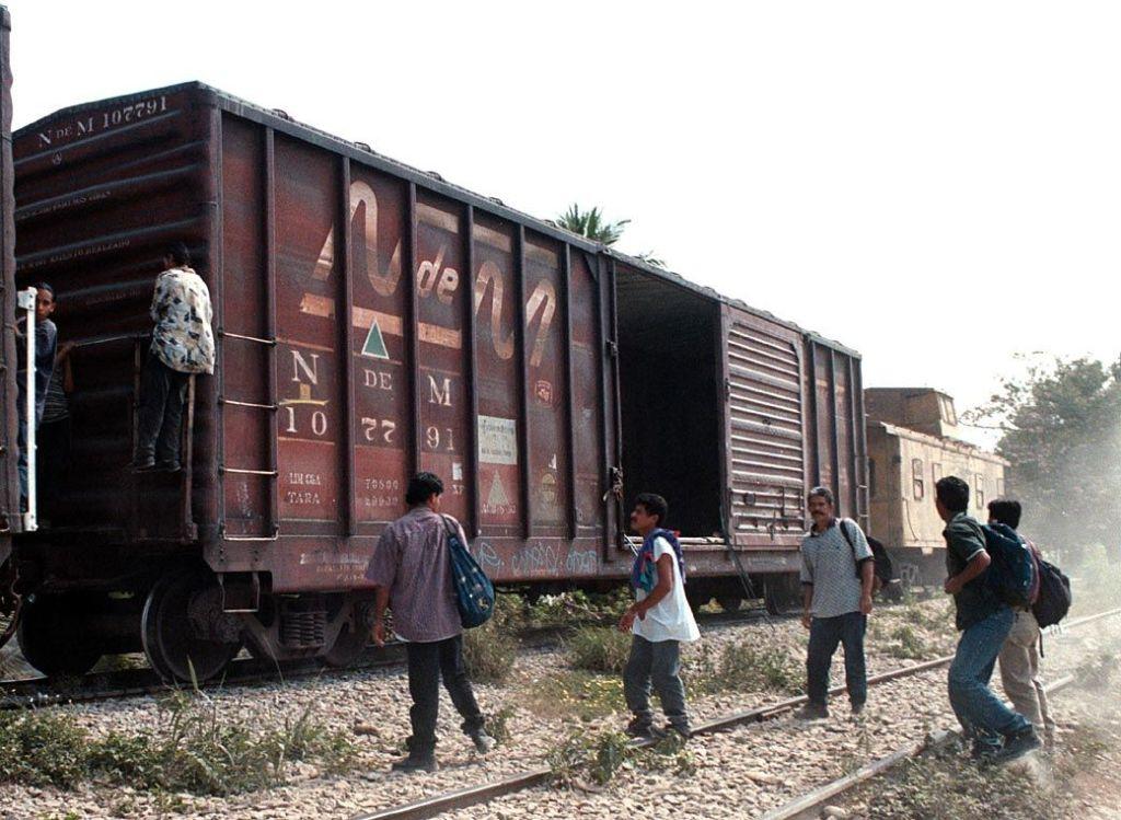 Rescatan a 33 indocumentados en una caja de refrigeración - Migrantes suben al tren