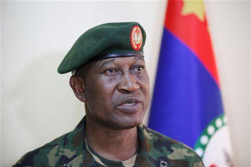Nigeria y Boko Haram acuerdan cese al fuego - El mayor general Chris Olukolade, el maximo portavoz de las fuerzas armadas de Nigeria, conversa con la prensa en Abuya, Nigeria, el jueves 30 de mayo de 2013. El gobierno de Nigeria y extremistas islámicos del grupo armado Boko Haram acordaron un alto el fuego inmediato, dijeron autoridades, el viersn 17 de octubre de 2014. (AP Foto/Jon Gambrell)