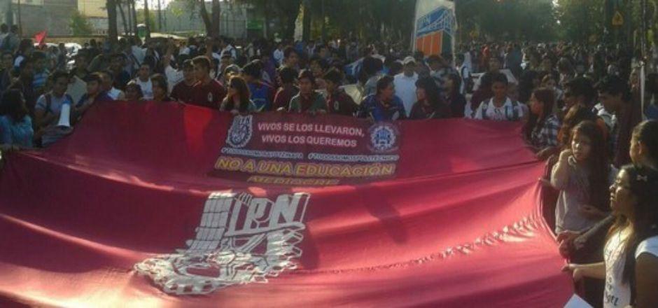 Estudiantes del IPN y normalistas se dirigen a SEGOB - Foto de El Universal