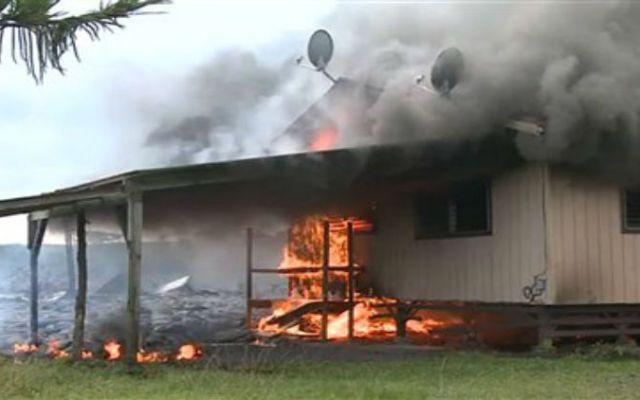 Lava llega a primera casa en poblado de Hawai - Foto de AP