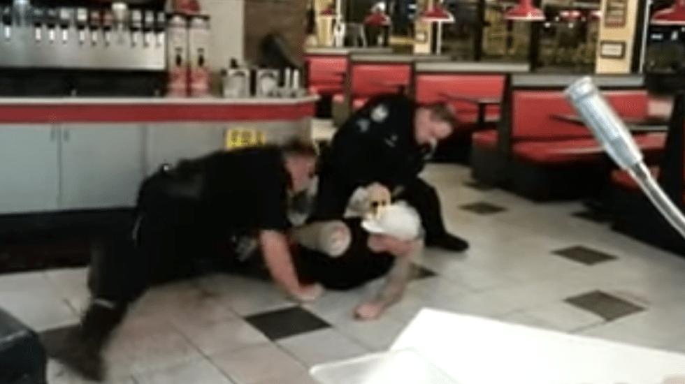 Muere hombre por descargas eléctricas de policías - Foto de YouTube