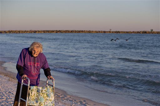 Mujer de 100 años ve el mar por primera vez - Ruby Holt, a 100-year-old Tennessee native, walks on the beach for the first time in her life Wednesday, Nov. 19, 2014, in Orange Beach, Ala. The Brookdale Senior Living and Wish of a Lifetime organizations both provided Holt a wish of her choice. She chose to see the ocean for the first time. She said she'd never seen anything as big as the ocean. (AP Photo/Brynn Anderson)