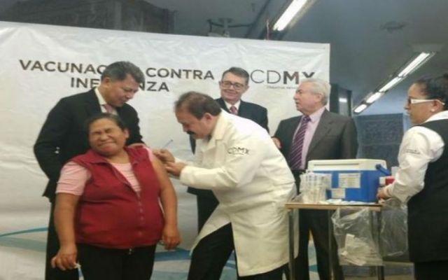 Armando Ahued encabezó campaña de vacunación en el Metro - Foto de Secretaría de Salud DF