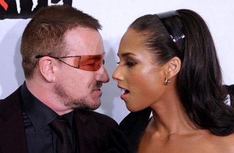 Bono le da un tierno beso a Alicia Keys - Foto de Internet
