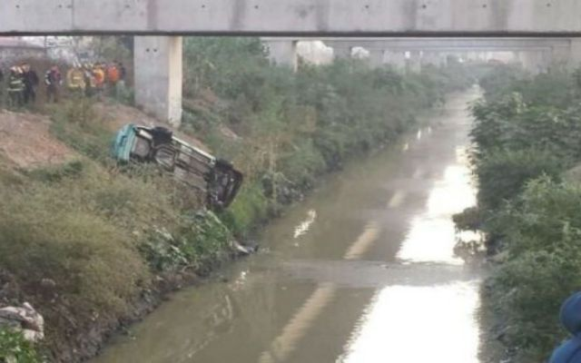 Automovilista cae al Río de los Remedios al quedarse sin frenos - Foto de Noticieros Televisa