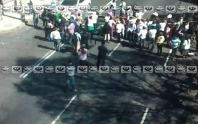 Vecinos de Iztapalapa bloquean Calzada Ermita por falta de agua - Foto de @ciudad_segura