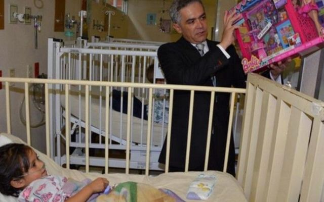 Mancera lleva la Navidad a menores en hospitales del DF - Foto de @ManceraMiguelMx