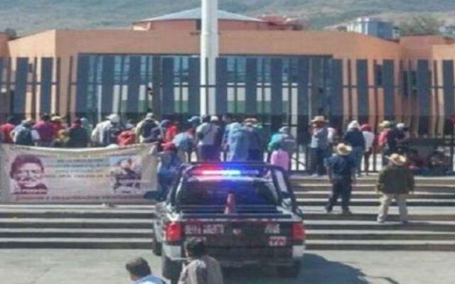 Maestros toman el Palacio de Gobierno de Guerrero - Foto de @davidromerovara
