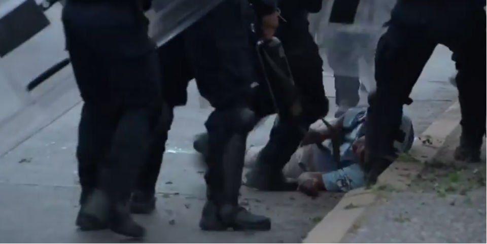 Policías propinan golpiza a manifestante en Guerrero