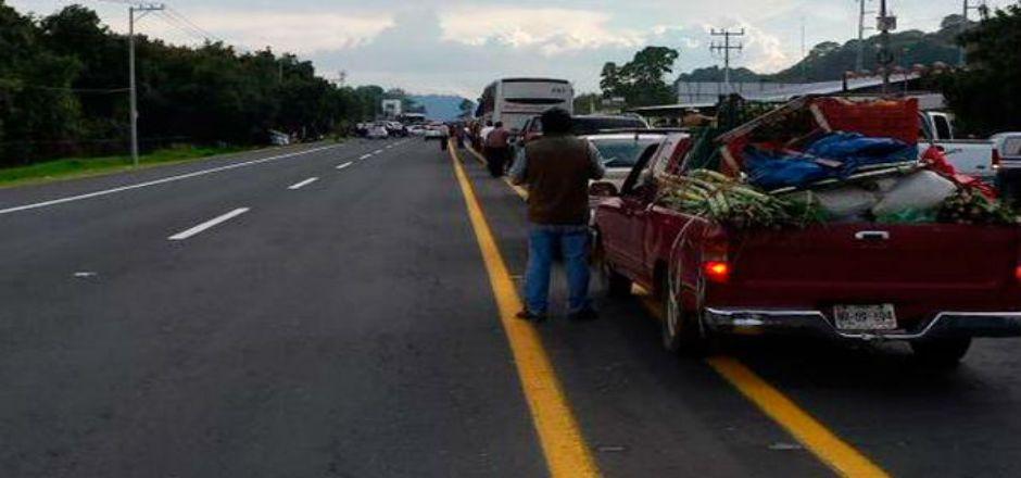 Bloquean autodefensas carretera de Uruapan - Foto de mimorelia.com