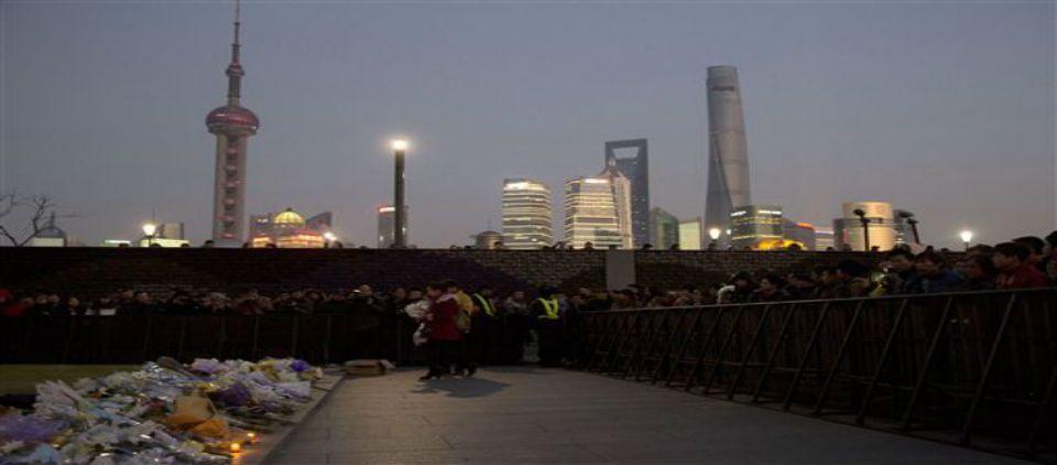 Cesan a 4 funcionarios por la estampida de Shanghai - muertos estampida shangai_ap