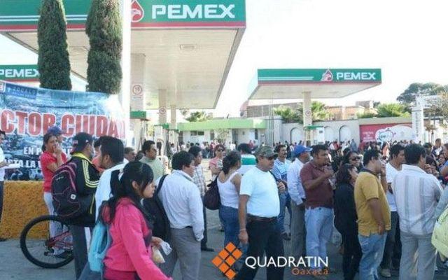 CNTE retira cámaras de seguridad y toma gasolineras - Integrantes de la CNTE toman una gasolinera en Oaxaca