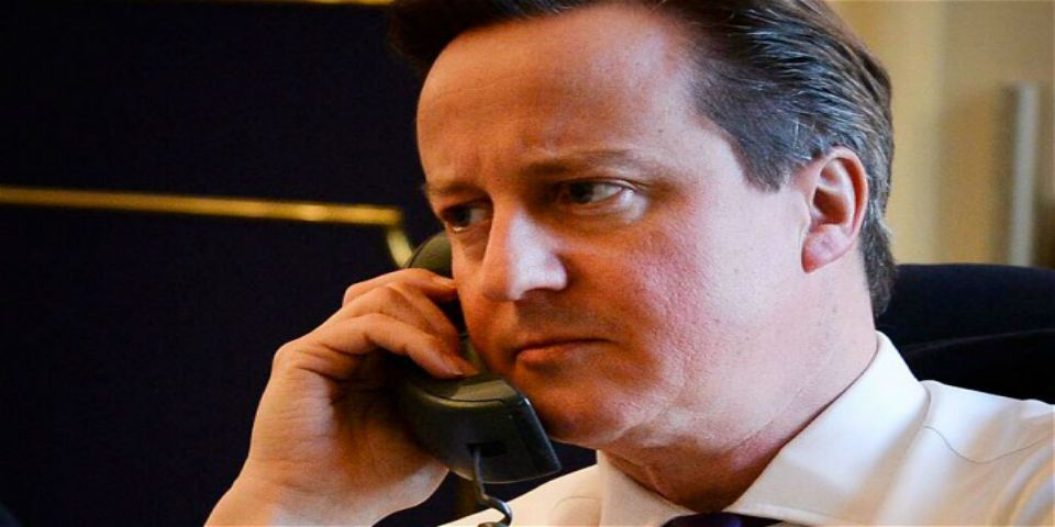 Correos de Hillary Clinton revelan críticas a David Cameron - David Cameron al teléfono