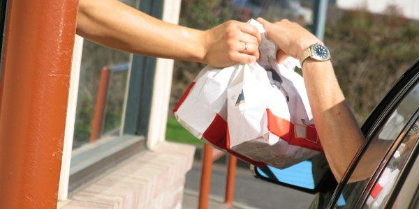 Mujer encuentra dinero en bolsa de comida - Mujer encuentra dinero en bolsa de comida