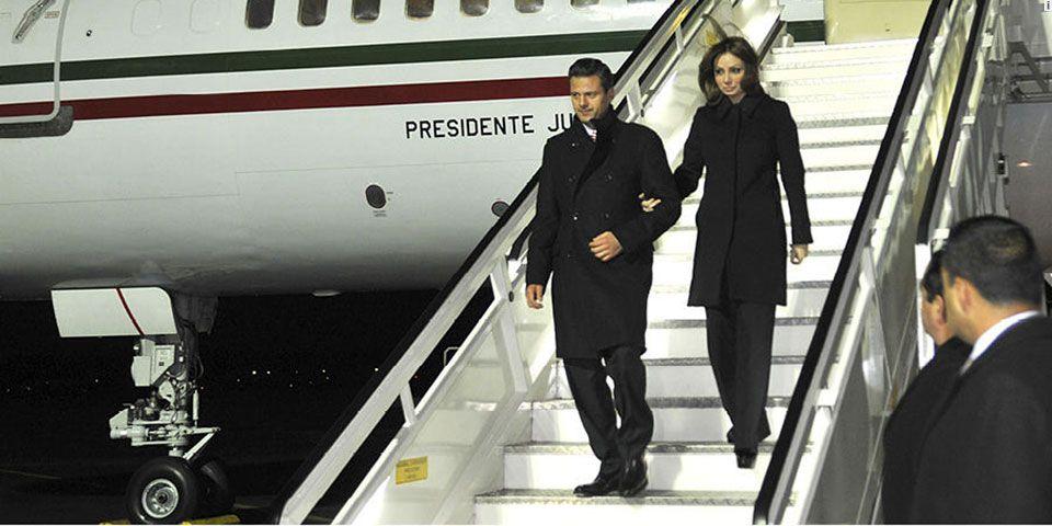 EPN visitará Londres en marzo - El presidente EPN y su esposa bajando del avión presidencial
