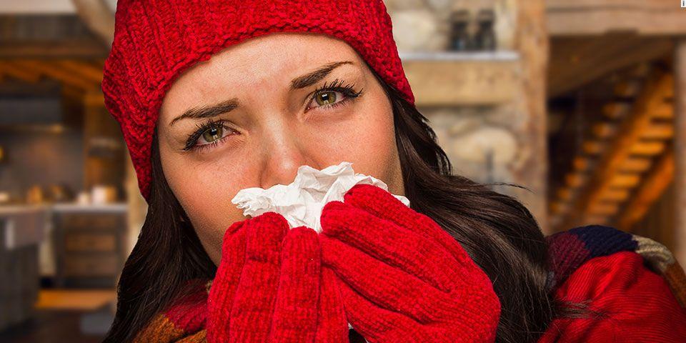 Aumentan casos de gripa durante fiestas navideñas - Mujer con gripa