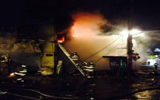 Incendio en inmueble de calles del Centro Histórico - Foto de @Carlos_Torres1
