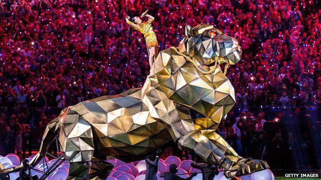 Katy Perry se tatúa en honor al Súper Tazón - Katy Perry durante el medio tiempo del Super Bowl 49