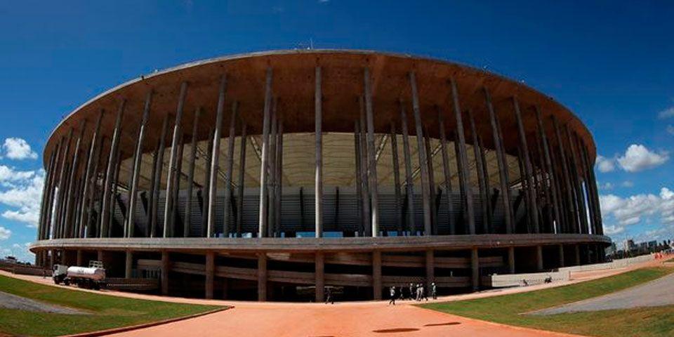 Estadio mundialista es usado como estacionamiento - Estadio mundialista es usado como estacionamiento